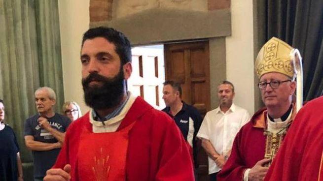 Uno scatto che ritrae il sacerdote nel corso di una funzione religiosa assieme al vescovo