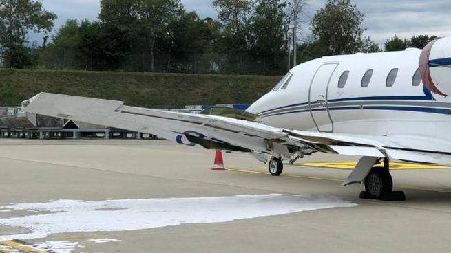 L'aereo danneggiato dopo l'impatto col mezzo di servizio (Ansa)