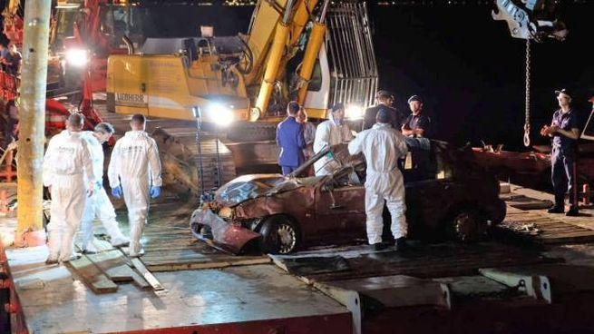 Le operazioni di recupero dell'auto dal lago