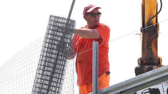 Operai al lavoro sul viadotto Genna