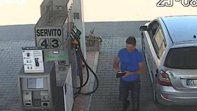 Il fermo immagine di RaiNews24 mostra Massimo Sebastiani in un'area di servizio (Ansa)