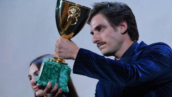 Luca Marinelli riceve la Coppa Volpi a Venezia 76 (LaPresse)