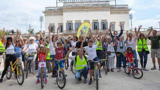 I partecipanti al primo corso per andare in bici organizzato gratuitamente da Ciclobby