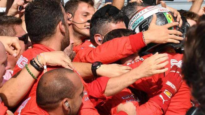 La scuderia Ferrari celebra Charles Leclerc (Ansa)