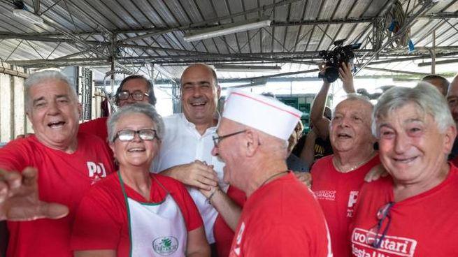 Zingaretti tra i volontari alla Festa dell'Unità di Ravenna (Ansa)