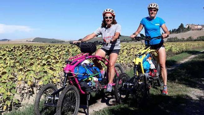 Le due donne valtellinesi impegnate nel tour in cargo bike (Anp)