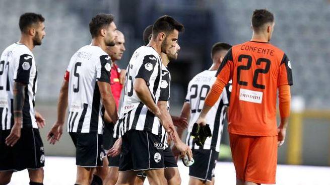 I bianconeri escono a testa bassa dopo il derby con la Carrarese (foto Di Pietro)