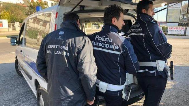 I controlli della polizia locale insieme all'ispettorato del lavoro