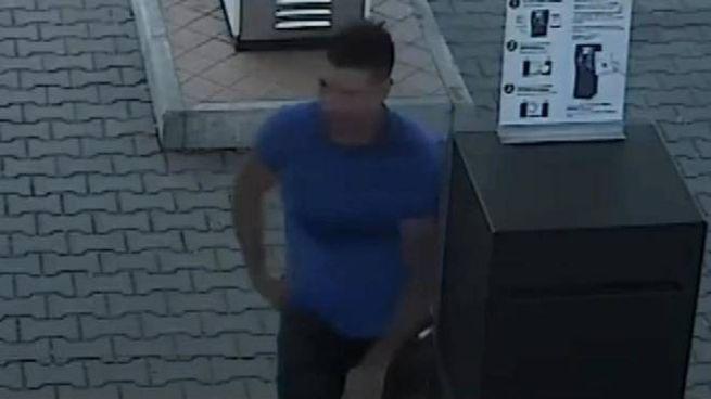 Massimo Sebastiani catturato dalle telecamere di sorveglianza poco dopo l'omicidio (Ansa)
