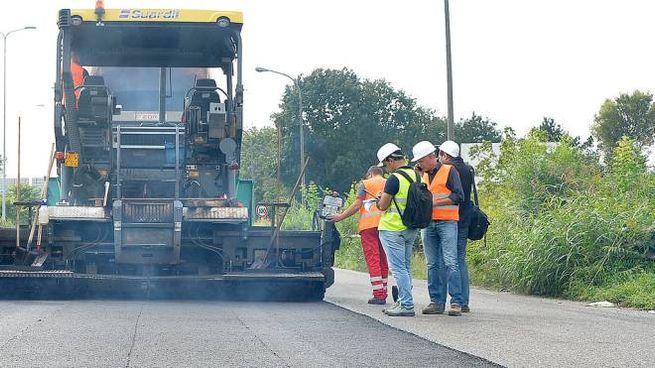 Gli operai al lavoro sul cantiere per la stesa del nuovissimo tipo di asfalto al grafene