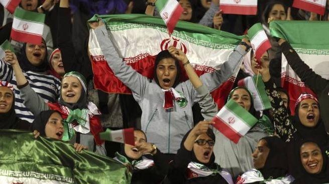 Rara occasione dove le tifose hanno assistito ad un'amichevole allo stadio Azadi (Ansa)