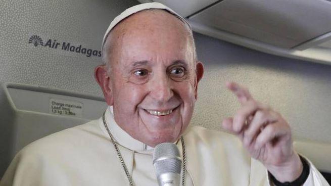Papa Francesco in volo (Epa Ansa)
