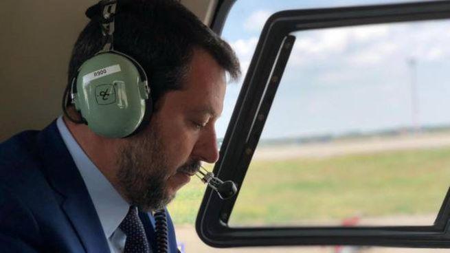 Matteo Salvini a bordo di un velivolo in un'immagine d'archivio (Ansa)