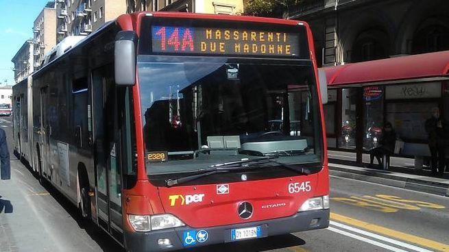 Un bus a Bologna, i bambini viaggiano gratis (Dire)