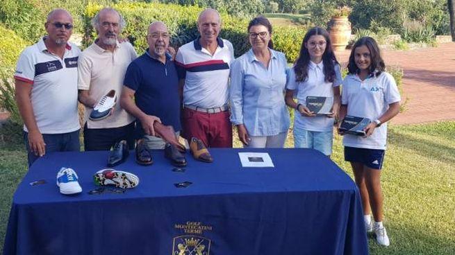 Massimo Caputi, al centro, e i premiati con le scarpe di Piero Lollini