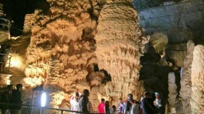 Visitatori all'interno delle Grotte di Frasassi