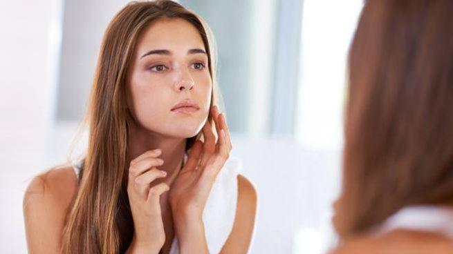 Gli inestetismi dell'acne e i rimedi a base di prodotti naturali e non