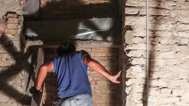 Il momento in cui il muro è stato demolito e ha svelato il feretro (Fotoprint)