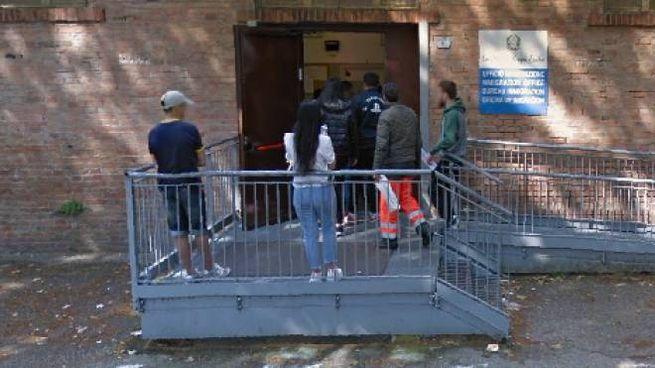 La donna si era presentata all'ufficio immigrazione per chiedere il permesso di soggiorno