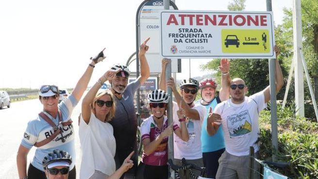 I ciclisti in posa col nuovo cartello