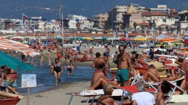 Turisti in spiaggia a Viareggio (foto Umicini)