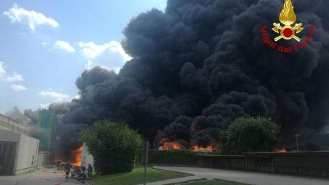 Incendio di una fabbrica di batterie, Avellino (Ansa)