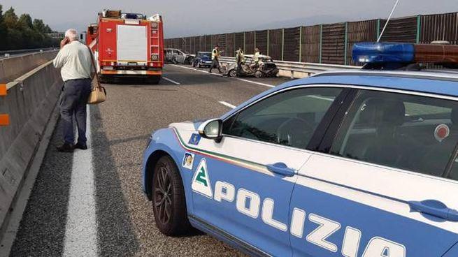 Polizia stradale e vigili del fuoco sul luogo dell'incidente (Ansa)