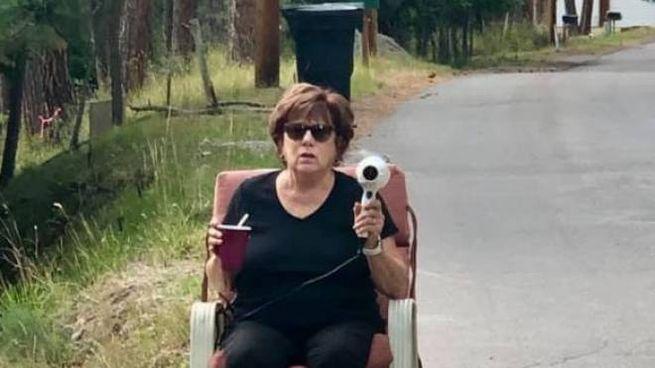 Patti Baumgartner armata di phon rallenta le auto: pensano abbia un autovelox (Facebook)