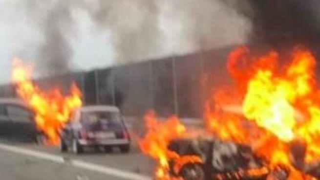 Le due auto avvolte dalle fiamme e quella intatta su cui viaggiava la madre