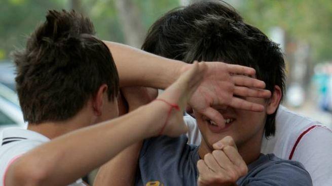 Preso per il collo e colpito al volto: il ragazzino è stato salvato da un passante