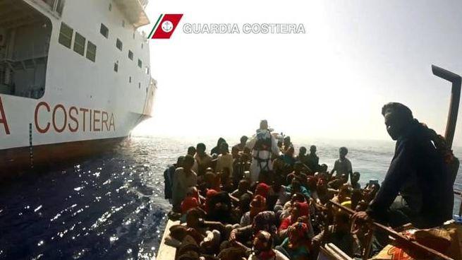Un intervento di soccorso migranti della Guardia costiera in una foto d'archivio (Ansa)