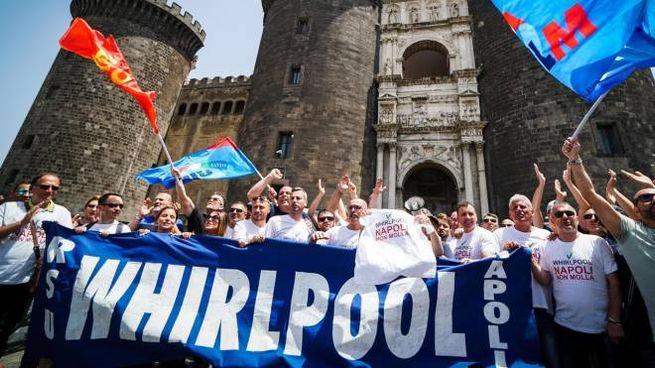 Lavoratori della Whirlpool all'esterno del Maschio Angioino in sciopero a giugno (Ansa)