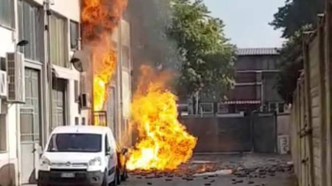 Le fiamme divampate nel capannone (Spf)
