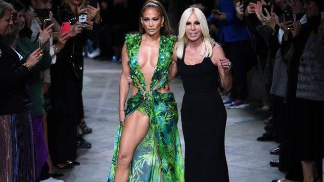 JLo e Donatella versace (Ansa)