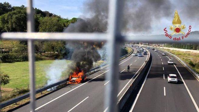 Una delle auto in fiamme sulla A11