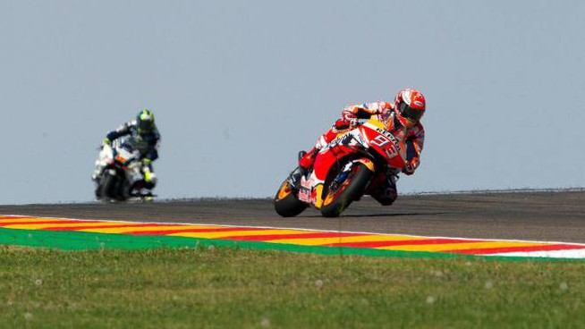 epa07859342 Spanish MotoGP rider Marc Marquez (R) of the Repsol Honda Team in action during the qualifying session at Motorland circuit in Alcaniz, Spain, 21 September 2019. The Motorcycling Grand Prix of Aragon will be held on 22 September 2019.  EPA/ANTONIO GARCIA