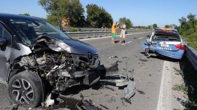 Travolta auto della Polstrada durante i rilievi