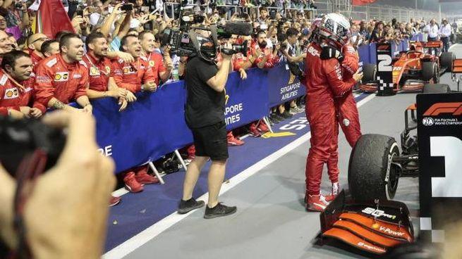 Singapore, l'abbraccio tra Vettel e Leclerc a fine gara (Ansa)