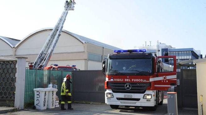 I vigili del fuoco davanti allo stabilimento a Trezzano