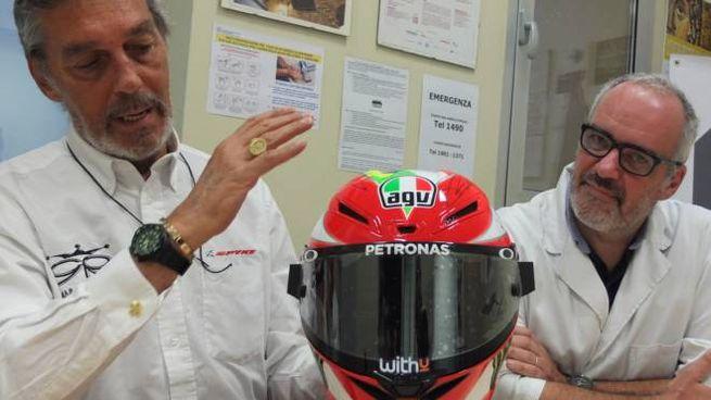 L'ideatore ed ex pilota, Gianni Rolando, con il dirigente del reparto di oncologia
