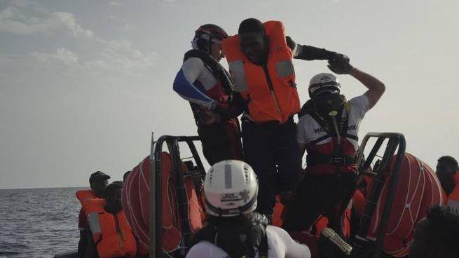 Una delle operazioni di salvataggio della Ocean Viking (Ansa)