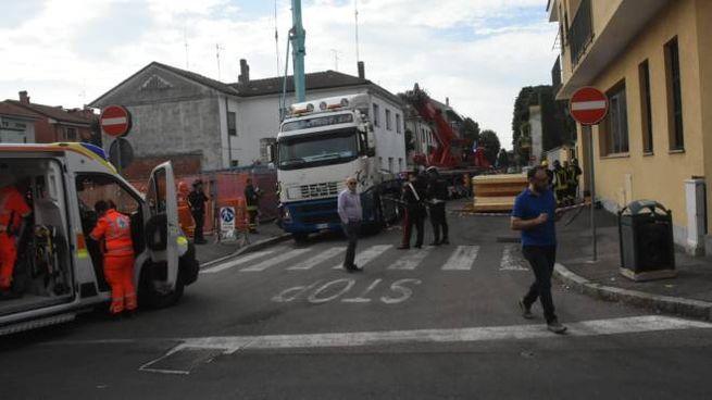 Ambulanza davanti al cantiere dove si è verificato l'incidente mortale (Brianza)