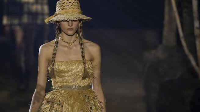 Un modello della collezione estate 2020 di Dior (Ansa)
