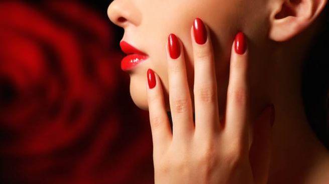 Lo smalto rosso sulle unghie è sempre icona di stile