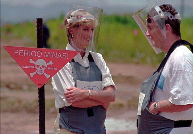 Il principe Harry come Lady Diana su un campo sminato in Angola