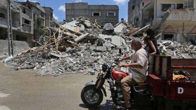 Edifici distrutti a sud di Gaza (Ap)