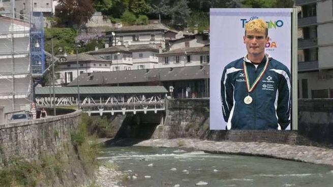 Il ponte dove è caduto Alessandro Rossi, nel riquadro (Anp)