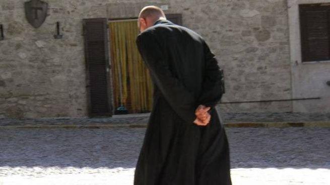 Un prete (foto d'archivio)