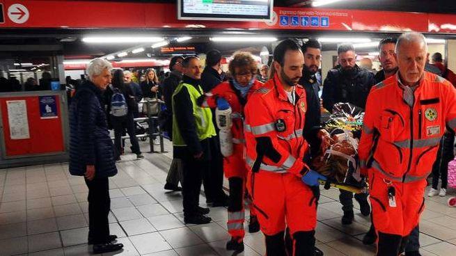 Soccorsi a un passeggero ferito sulla linea rossa del metrò (Newpress)