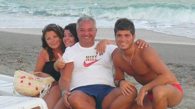 Giovanni Battiloro con il papà Roberto, la mamma Carmela e la sorella Laura